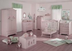 <p><em><strong>Обстановка в комнате для новорожденного. Светло розовые стены.</strong></em></p>