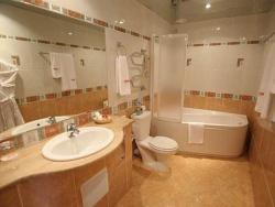 <p><em><strong>Ремонт и отделка ванной: дизайн совмещенной ванной и туалета. </strong></em></p>