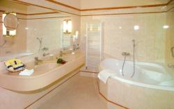 Ремонт ванной: ванная комната в бежевых тонах.