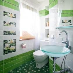 <p><em><strong>Ремонт и отделка туалета: wc дизайн туалета- много света.</strong></em></p>