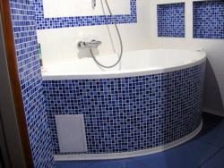 <p>Ванная. Облицовка стен и пространства под ванной мозайкой и кафелем.</p>