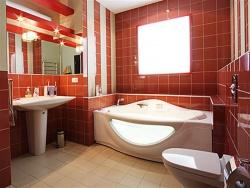 <p><em><strong>Облицовка стен ванной кафелем.&nbsp; Цвет красный.&nbsp; Ремонт и отделка ванной.</strong></em></p>