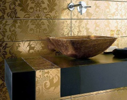 <p><em><strong>Отделка ванной комнаты кафелем.&nbsp; Цвет золота. Ремонт и отделка ванной.</strong></em></p>