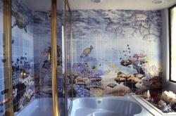 <p><em><strong>Отделка ванной плиткой.&nbsp; Ремонт и отделка. Тема море.</strong></em></p>