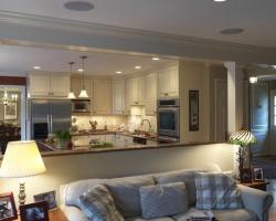 <p><em><strong>Совмещенная кухня с гостиной - плюсы и минусы. Ремонт и отделка.</strong></em></p>