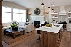 <p><em><strong>Интерьеры гостиных совмещенных с кухней. Ремонт и отделка квартир.</strong></em></p>