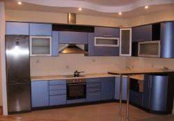 <p><em><strong>Ремонт и отделка кухни: дизайн кухни в кремовых тонах</strong><strong>. Мебель электрик синий.</strong></em></p>